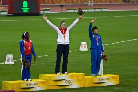 deportes olimpicos: Beijing, China los Juegos Olímpicos, el 18 de agosto de 2008: Stephanie Trafton Brown, Estados Unidos, recibe la medalla de oro de lanzamiento de lanzamiento de disco para mujeres