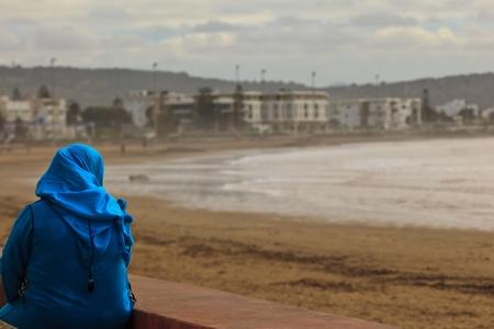 burka: Casablanca, Marocco: Silhouette di donna in burka e camminare verso il bambino Moschea di Hassan II a Casablanca, Marocco. Archivio Fotografico