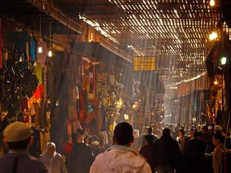 marrakesh: Marrakech, Marocco - 16 gennaio 2010: Shoppers nel Souk Grande in una giornata di sole gennaio 16,2010 a Marrakesh, in Marocco.