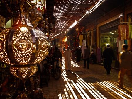 marrakesh: Marrakech, Marocco-16 gennaio 2010: Shoppers passeggiare mercato in grande souk, il 16 gennaio 2010 a Marrakech, Marocco Editoriali
