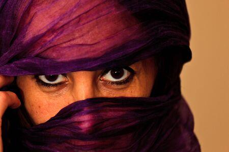 burka: Essaouira, Marocco - 16 gennaio 2010: Primo piano di una donna non identificata marocchina con un velo color porpora o burka sul volto il 16 gennaio 2010 a Essaouira, Marocco Editoriali