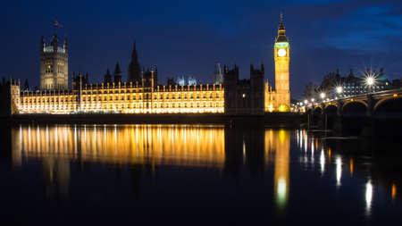 parliaments: Big Ben e la House of parlamenti durante ora blu