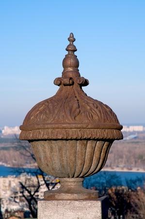 metal sculpture: Scultura di metallo d'epoca su una base di pietra sullo sfondo del cielo blu.