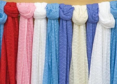 sciarpe: Colorate sciarpe di lana a maglia il primo piano. Openwork maglia.