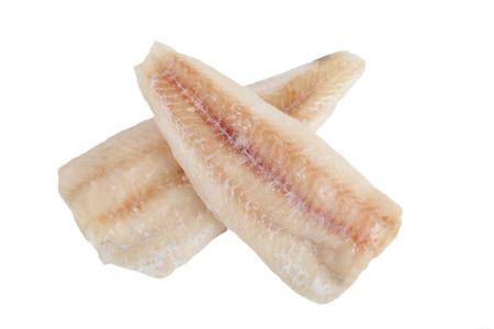 bevroren kabeljauwfilets zonder huid op een witte achtergrond