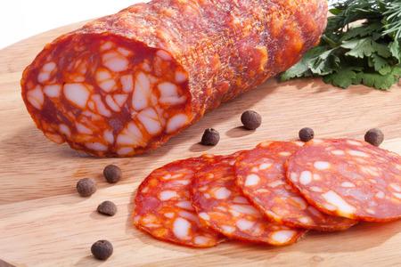 chorizo worst met kruiden en peper op het bord