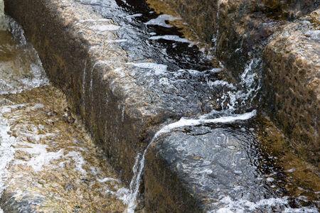 bajando escaleras: Agua que cae por las escaleras Foto de archivo