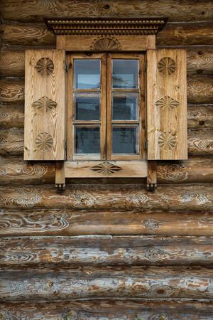 Ramen met luiken, patroon op de muur van het oude houten huis.