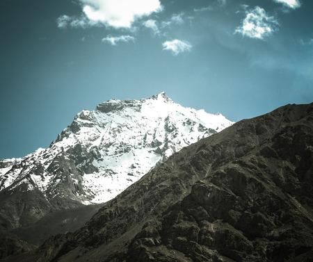 spring  tajikistan: Montagne e nubi sul Pamir. Primavera. Tagikistan. Tonica.