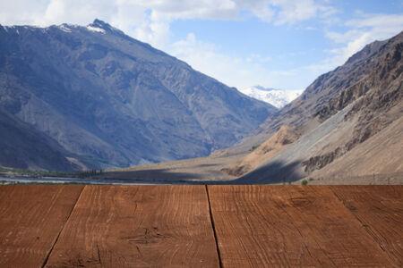 spring  tajikistan: Pavimenti in legno, con una vista delle nuvole sopra le montagne.