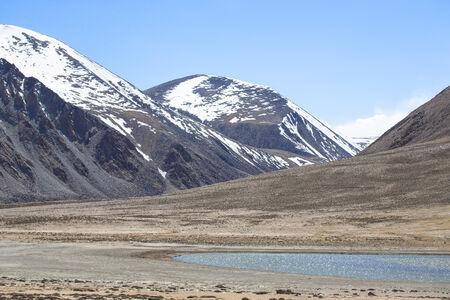 spring  tajikistan: La valle ai piedi delle montagne del Pamir. Primavera. Tagikistan.