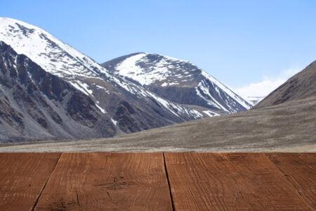 spring  tajikistan: Pavimenti in legno, con una vista del cielo sopra le montagne. Archivio Fotografico