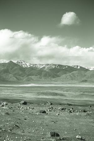 spring  tajikistan: La valle ai piedi delle montagne del Pamir. Primavera. Tagikistan. Tonica.