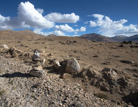 spring  tajikistan: Montagne e nubi sul Pamir. Primavera. Tagikistan.