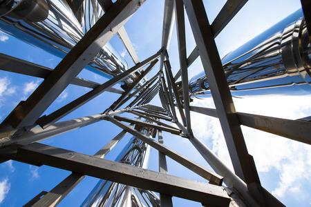 Ocelová konstrukce pohled z níže. Reklamní fotografie
