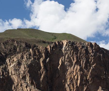 spring  tajikistan: Scogliera rocciosa nelle montagne del Tajikistan. Paesaggio.