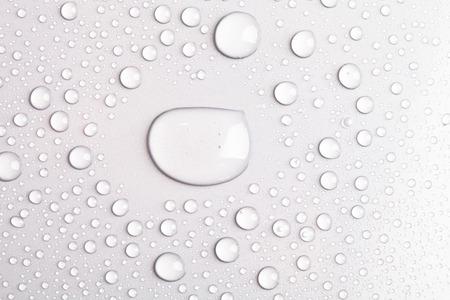 Druppels water op een gekleurde achtergrond. Gray. Stockfoto