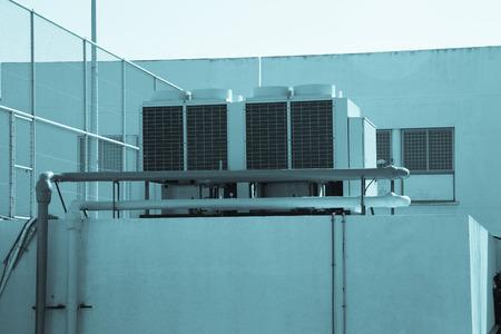 建物の屋上に設置する空調システム。トーンダウン。 photo