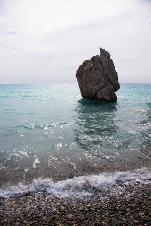 afrodita: Piedra en la bah�a del Mediterr�neo. Chipre. Lugar de nacimiento de Afrodita. Foto de archivo