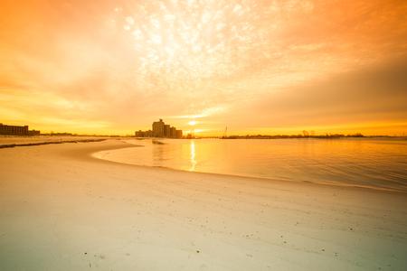 newyork: Warm sunrise on the coast. Overlooking the Atlantic Beach Bridge. East rockaway Intel. New-York. US East Coast. Stock Photo