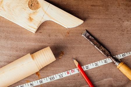 joinery: Attrezzi per falegnameria su un vecchio tavolo di legno. Tonica.