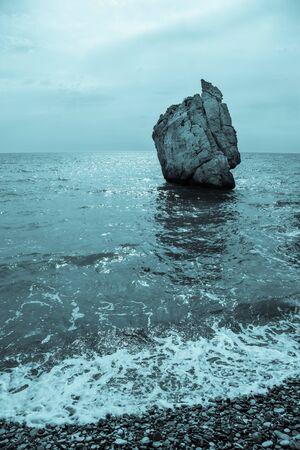 aphrodite: Piedra en la bahía del Mediterráneo. Chipre. Lugar de nacimiento de Afrodita. Virada. Foto de archivo