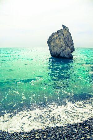 afrodita: Piedra en la bah�a del Mediterr�neo. Chipre. Lugar de nacimiento de Afrodita. Virada. Foto de archivo