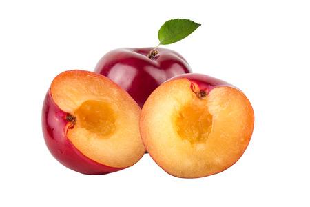 plum: ciruelas frescas y jugosas sobre fondo claro.