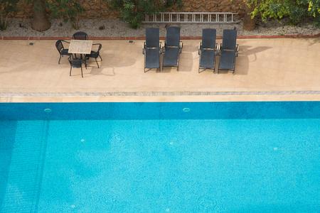 natacion: Agua azul en una piscina del hotel. Foto de archivo