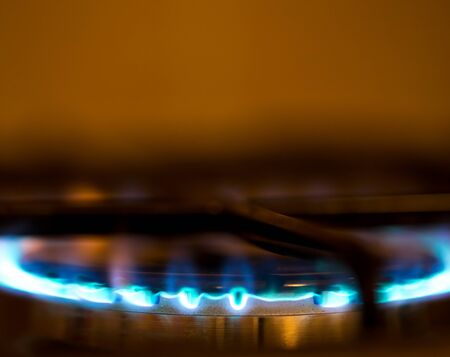 flames: Llama en un quemador de gas. Poca profundidad de campo. Borroneada.