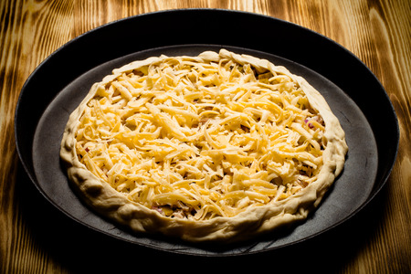 grated cheese: sin preparaci�n de pizza con queso rallado. Virada. Foto de archivo