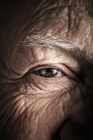 Portret van de bejaarde vrouw. Close-up view. Afgezwakt. Stockfoto
