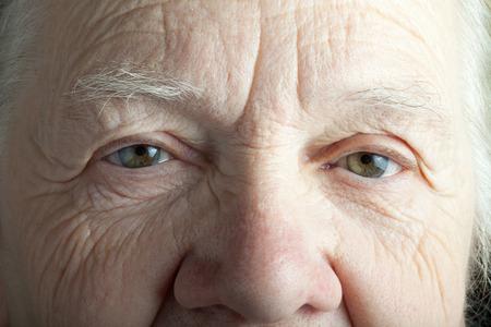 Portret van de bejaarde vrouw. Close-up view.