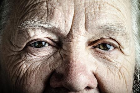 damas antiguas: Retrato de mujer de edad avanzada. Primer punto de vista. Virada.
