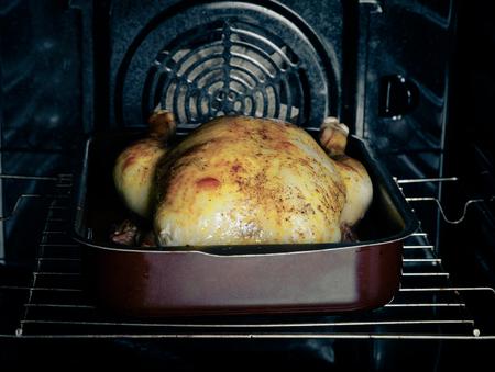 pollo rostizado: Pollo asado en el horno. Enfoque selectivo. Virada.