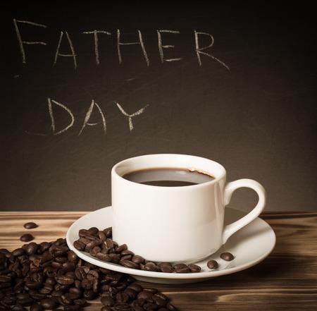 在一个黑板的父亲节题材在与咖啡的一张木桌后。定了调子。