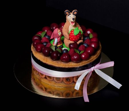 bear berry: Homemade cake with mastic figures and berries.