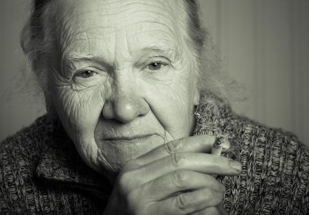 Portret van een oudere vrouw. Afgezwakt.