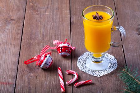 argousier: Verre de boisson d'argousier (kissel) sur une table en bois brun ou un conseil pour le fond. Thème du nouvel an