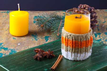 argousier: Verre de boisson d'argousier (kissel) et de perles sur une table en bois vert vif ou un tableau pour le fond. Thème du nouvel an