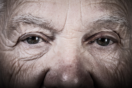 Porträt der älteren Frau. Nahaufnahme. Getönt.