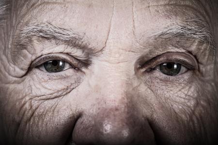 Portret van oudere vrouw. Close-up weergave. Afgezwakt.