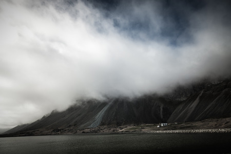 Piękny wiosenny krajobraz morze z niskimi chmurami w fiord Islandii. Stonowany.