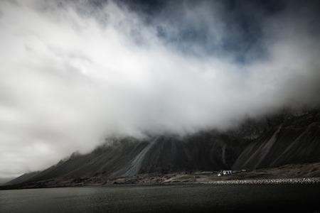Schöne Frühlingsmeerlandschaft mit niedrigen Wolken im Island-Fjord. Getönt.