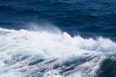 Acqua blu sulla superficie dell'Oceano Pacifico. Sfondo naturale.