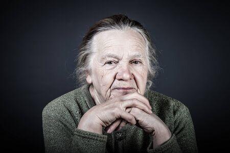 Portret van oudere vrouw. Bedachtzaamheid. afgezwakt.