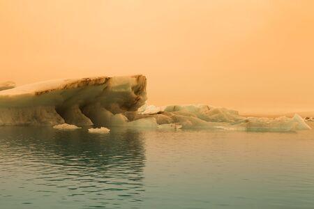 Iceberg lagoon jokulsarlon on the south of Iceland. Toned. Foto de archivo - 129851755