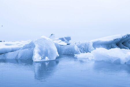 Iceberg lagoon jokulsarlon on the south of Iceland. Toned. Foto de archivo - 129851754