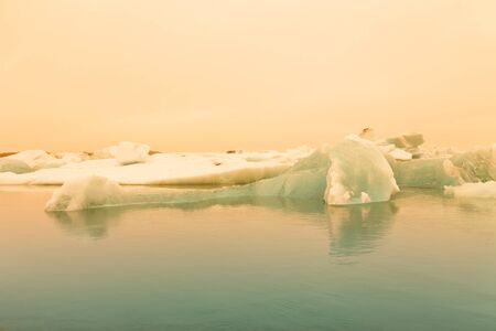 Iceberg lagoon jokulsarlon on the south of Iceland. Toned. Foto de archivo - 129851922