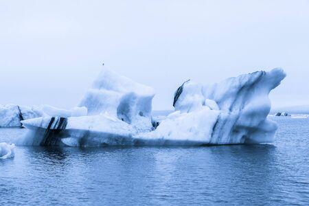 Iceberg lagoon jokulsarlon on the south of Iceland. Toned. Foto de archivo - 129851924